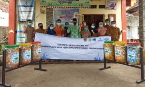 Aqua dan YKWS Berikan Bantuan Tong Sampah